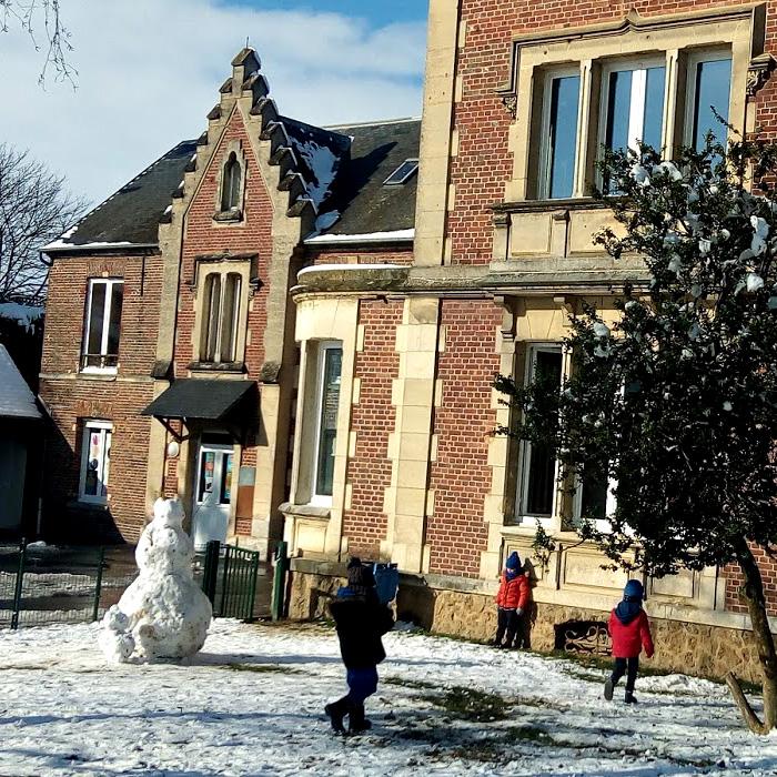 Ecole sainte marie de crepy en valois la cour sous la neige