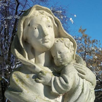 Ecole sainte marie de crepy en valois statue de vierge a l enfant dans la cour de l ecole 1